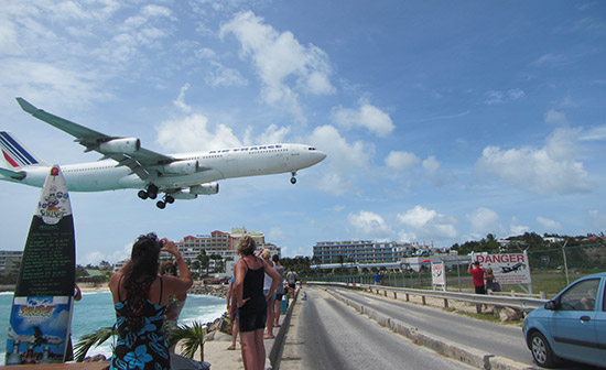 planes landing at sxm airport