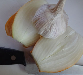 fresh garlic for preparing saltfish