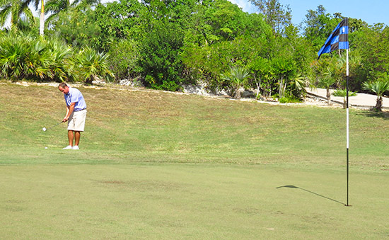 scott delong chipping on the 18th green