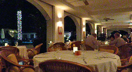 inside le bistro at santorini