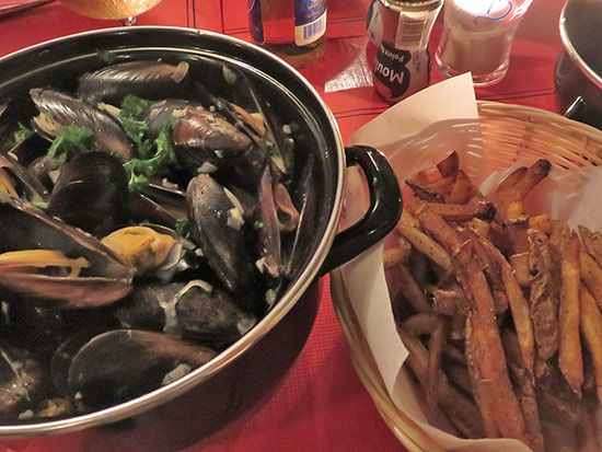mussels with fries at le bar