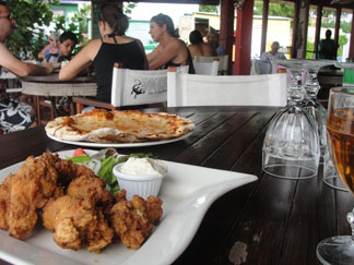 Shoal Bay Anguilla restaurant, Madeariman, tables