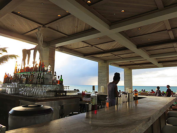 the chic bar at sunset longe four seasons