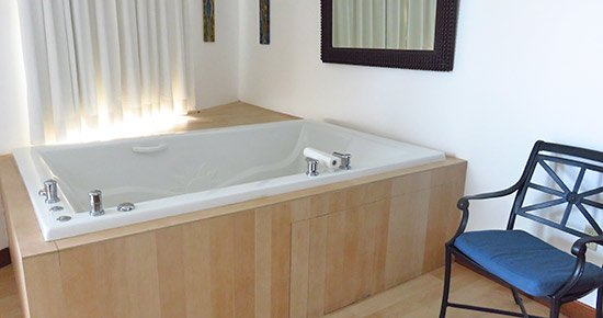 couples massage room jacuzzi at venus spa