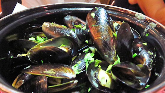 fresh mussels at le bar