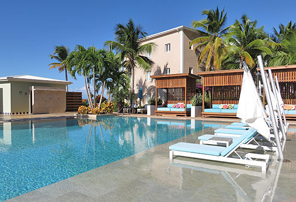 in-pool lounge chaises at manoah